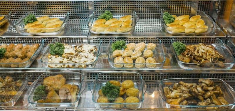 Draufsicht von frisch zubereiteten köstlichen Mittelmeertellern sortierte im Restaurant, Buffet Ansicht von oben stockfotografie