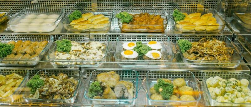 Draufsicht von frisch zubereiteten k?stlichen Mittelmeertellern sortierte im Restaurant, Buffet stockbilder