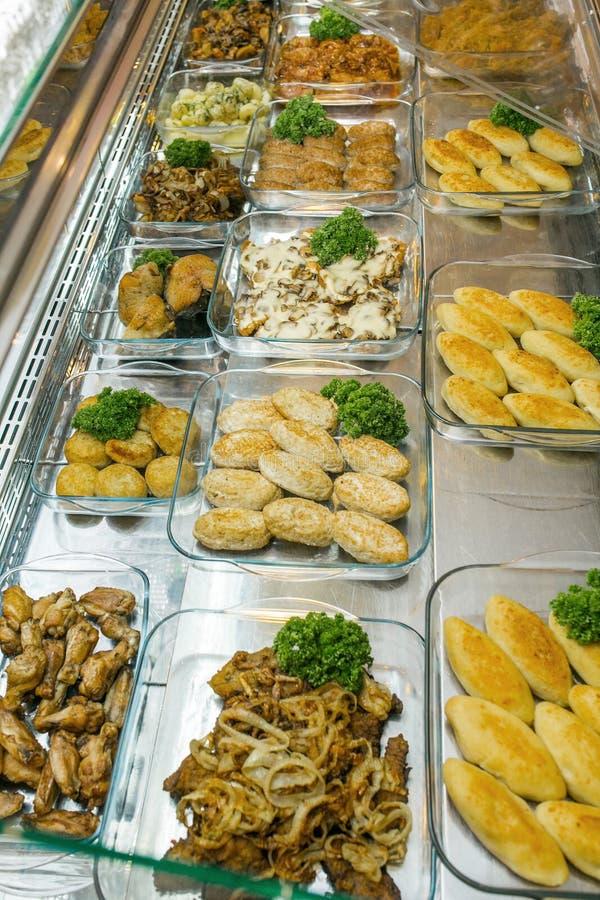 Draufsicht von frisch zubereiteten k?stlichen Mittelmeertellern sortierte im Restaurant, Buffet stockfotografie