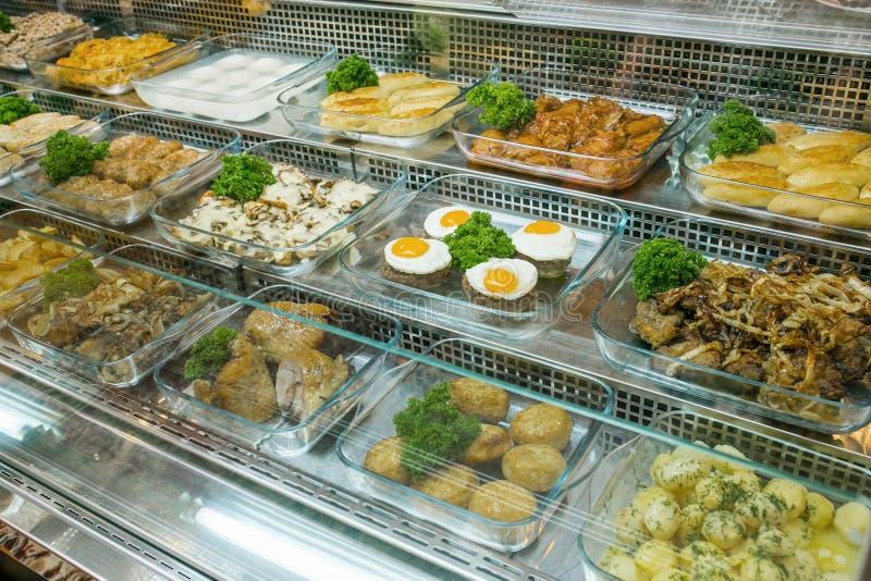 Draufsicht von frisch zubereiteten k?stlichen Mittelmeertellern sortierte im Restaurant, Buffet lizenzfreies stockbild