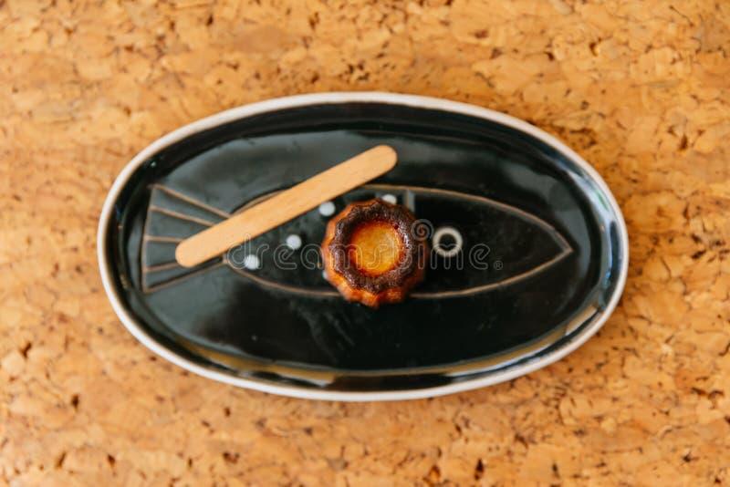 Draufsicht von frischem gebackenem Canelés, ein kleines französisches Gebäck gewürzt mit Rum und Vanille mit einem weichen und z stockfotos
