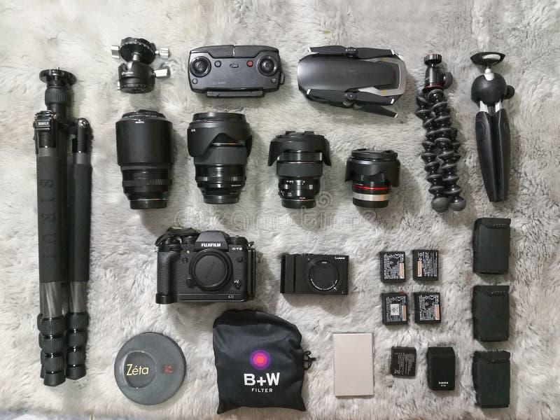 Draufsicht von Fujifilm mirrorless mit Linsen und Stativ mit Brummen und Zusätzen des Fotografen stockbilder