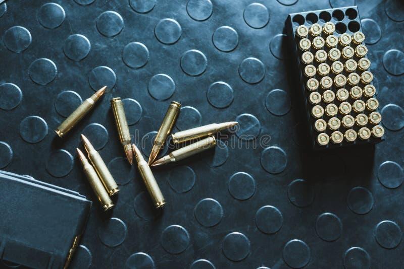 Draufsicht von Gewehrkugeln und -zeitschrift stockfotos
