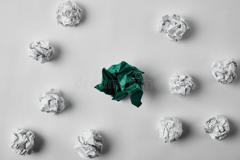 Draufsicht von Grünem und von Weiß zerknitterte Papiere stockbild