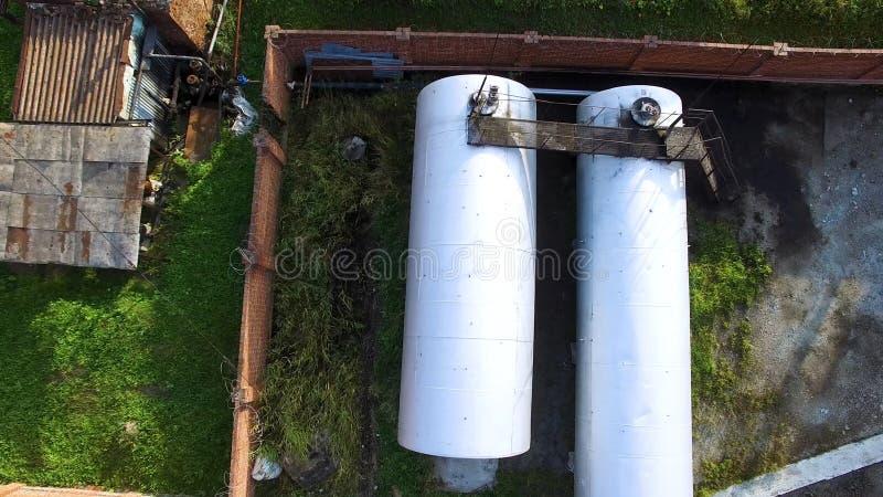 Draufsicht von großen silbernen Zisternen, Erdölreservoir an Öl-Speicherung Depot auf Hintergrund des grünen Grases ablage Luftsp lizenzfreies stockbild