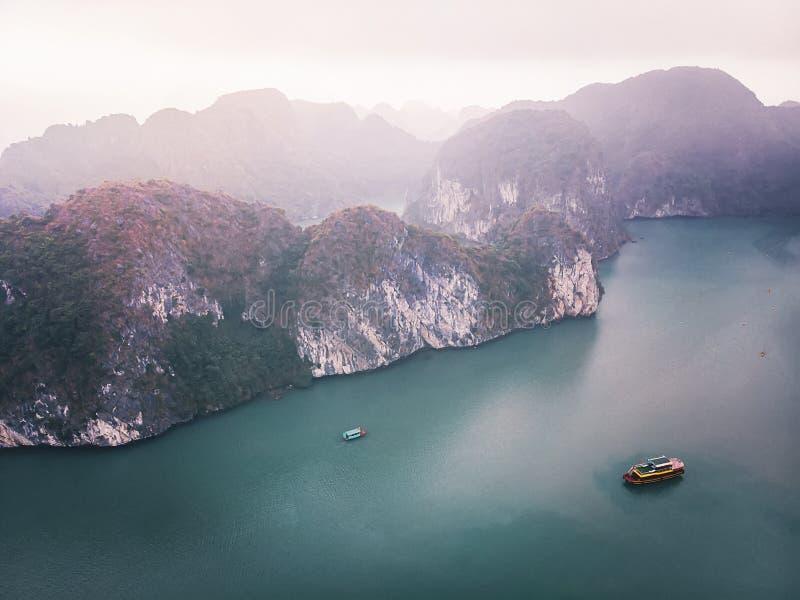 Draufsicht von Halong-Bucht Vietnam sch?ner Meerblick mit Felsen und Meer lizenzfreie stockfotografie