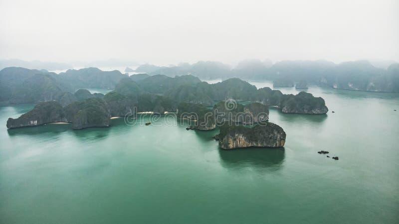 Draufsicht von Halong-Bucht Vietnam sch?ner Meerblick mit Felsen und Meer stockfotos