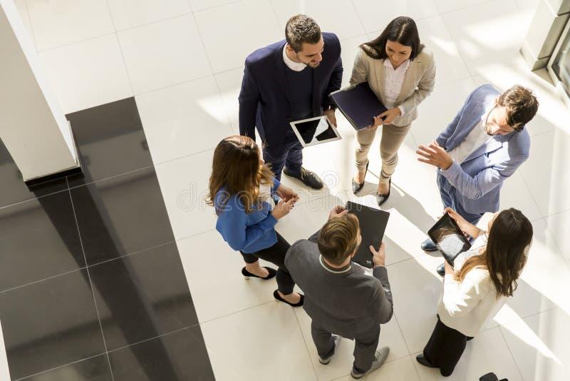 Draufsicht von jungen Geschäftsleuten der Gruppe im modernen Büro stockbild