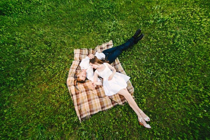 Draufsicht von jungen Paaren stockfotos