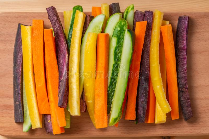 Draufsicht von Karotten und von Gurkengemüse julienned für Imbiss auf hölzernem Brett, Konzept des vegetarischen Aperitifs stockfotografie