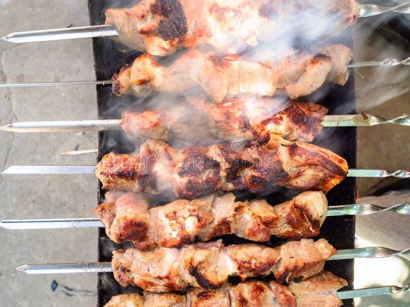 Draufsicht von Kebabs werden auf Messingarbeiter gekocht stockfoto