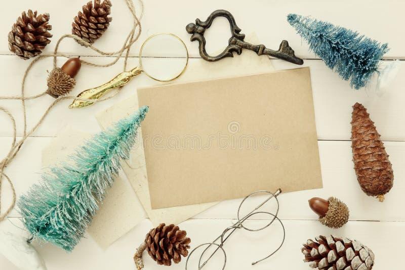Draufsicht von Kiefernkegeln, von Weihnachtsbaum und von Weinlese wendet ein stockfoto