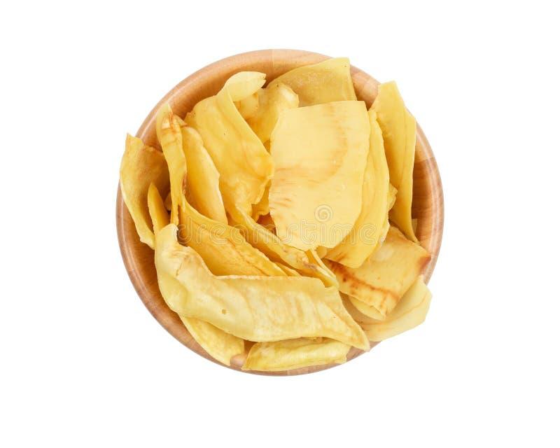 Draufsicht von knusperigen knusperigen Chips in einer hölzernen Schüssel lokalisiert auf weißem Hintergrund stockbild