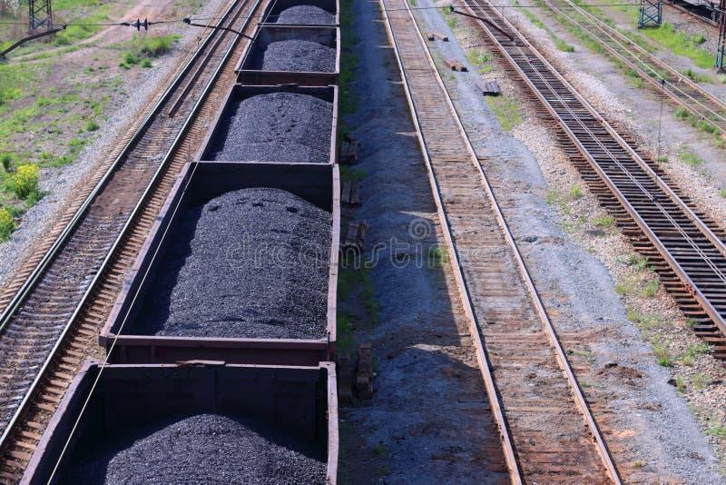 Draufsicht von Lastwagen mit Kohle und Bahnstrecken lizenzfreies stockbild