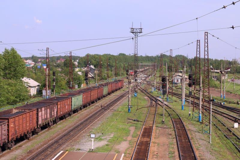 Draufsicht von Lastwagen mit Kohle und Bahnstrecken stockbild