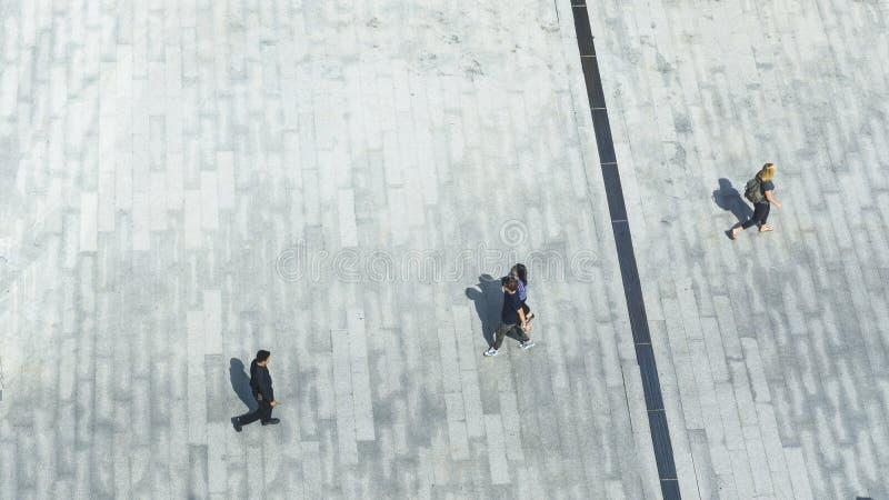 Draufsicht von Leuten gehen auf Geschäftsfußgängerstraße in der Stadt lizenzfreies stockfoto