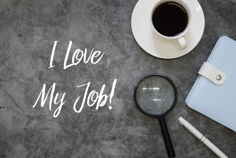 Draufsicht von Lupen, Stift, Notizbuch und Kaffee auf dem grauen Schmutzboden, der mit liebe mir geschrieben wird, meinen Job lizenzfreie stockfotos