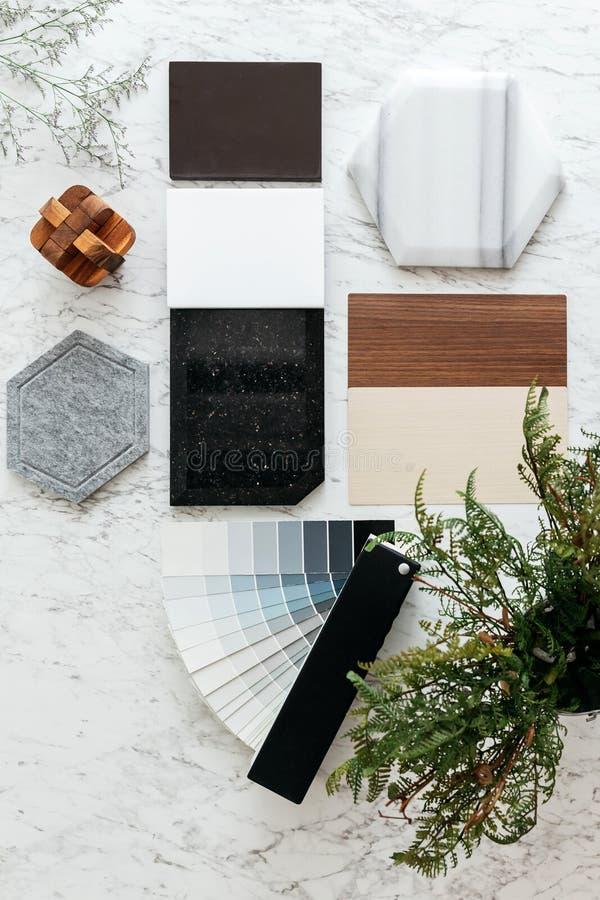 Draufsicht von Materialauswahlen einschließlich Granitfliesen-, Marmorfliese, akustische Fliese, Walnuss und Ash Wood Laminate lizenzfreie stockbilder