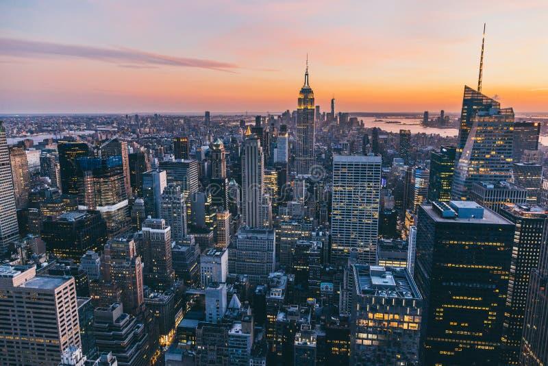 Draufsicht von New York City in der Sonnenuntergangzeit mit Gebäude der Stadt lizenzfreies stockfoto