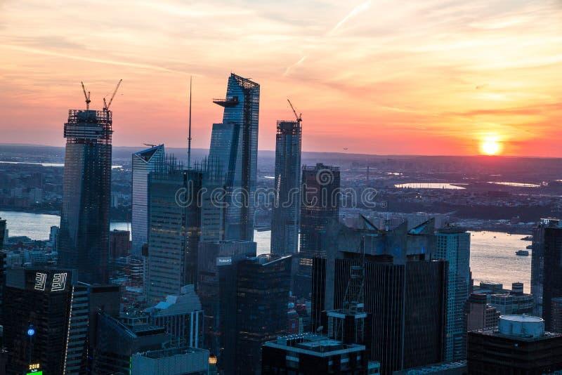 Draufsicht von New York City in der Sonnenuntergangzeit mit Gebäude der Stadt und des Flusses stockfotografie