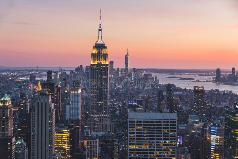 Draufsicht von New York City in der Sonnenuntergangzeit mit Gebäude der Stadt und des Flusses stockbilder