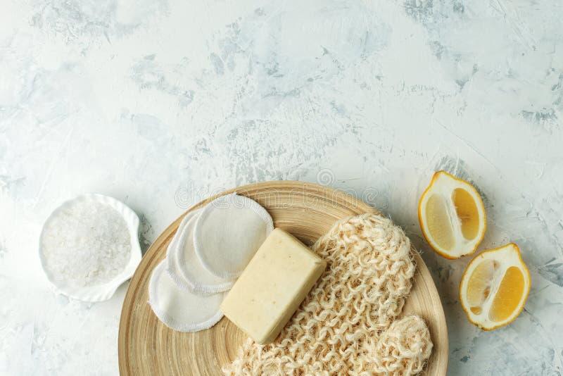 Draufsicht von organischen Badekurort skincare bodycare Produkten - Zitrone, Seesalz, Seife, null überschüssiger Schwamm, Massage stockfotos