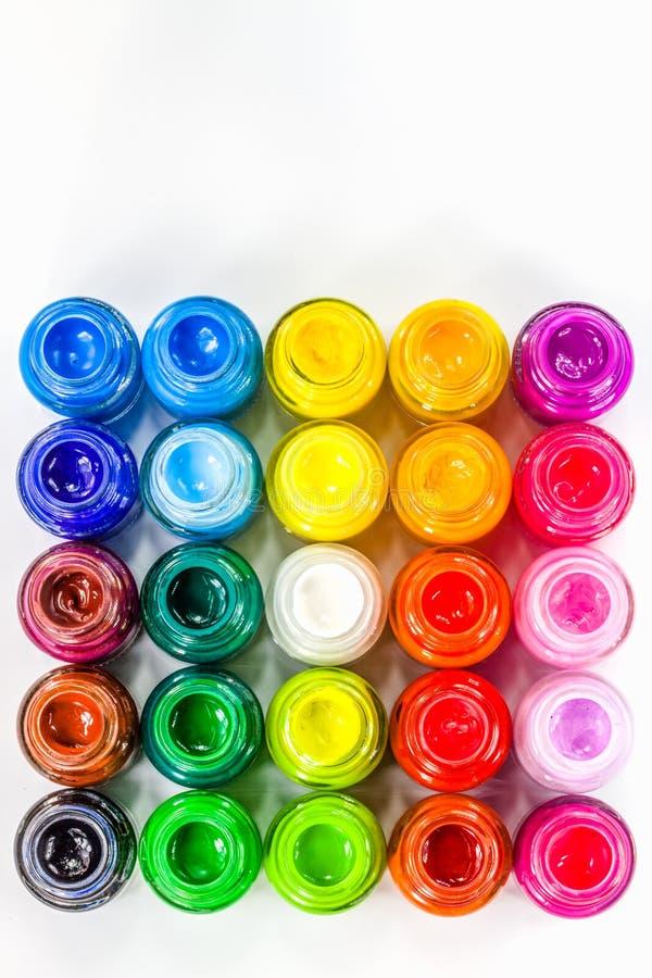 Draufsicht von Plakatfarben im Quadrat auf weißem Hintergrund lizenzfreie stockfotografie