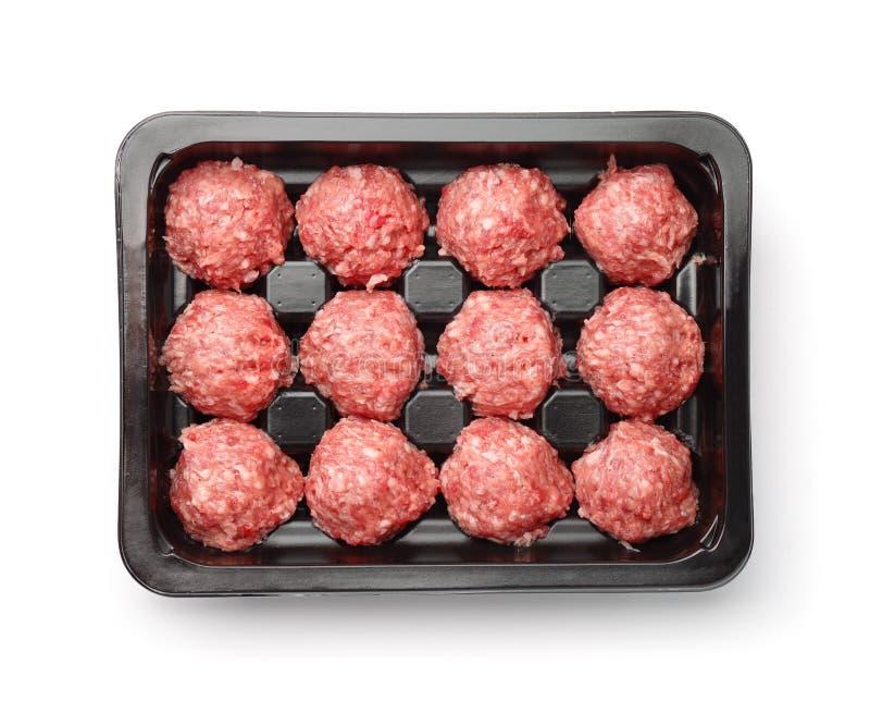 Draufsicht von rohen Rindfleischfleischklöschen in der Kunststoffschale stockfotografie