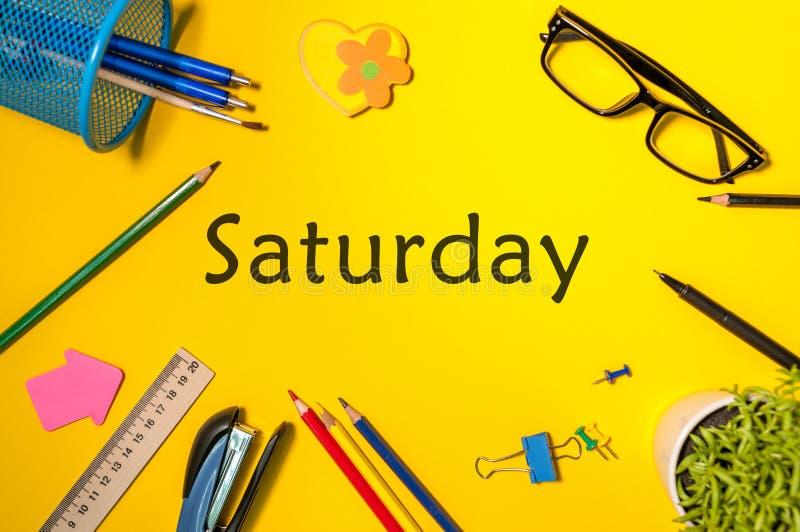 Draufsicht von Samstag - Wort auf gelbem Arbeitsplatz mit Büro oder Schulbedarf Zeit-Management und Zeitplan-Konzept lizenzfreies stockbild