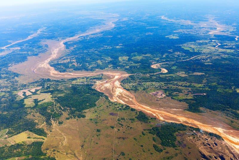 Draufsicht von sandiger Mündung Amazonas-Regenwaldes, Bolivien lizenzfreies stockbild
