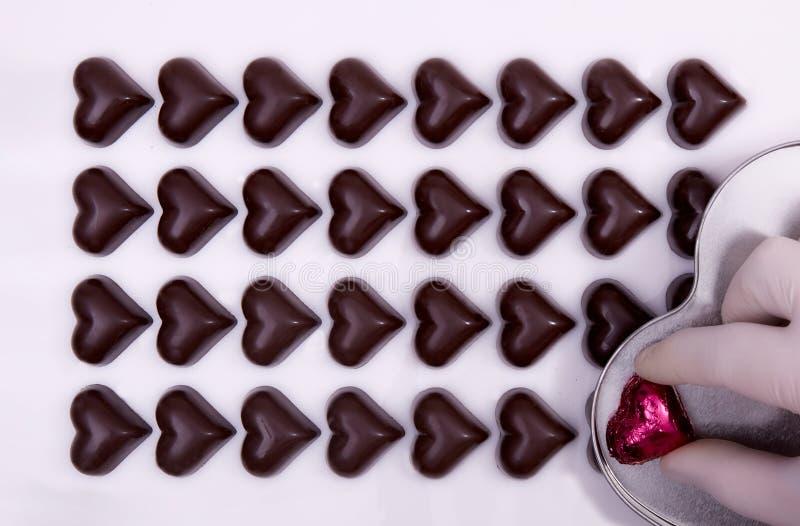 Draufsicht von Schokoladenherzen lizenzfreies stockbild