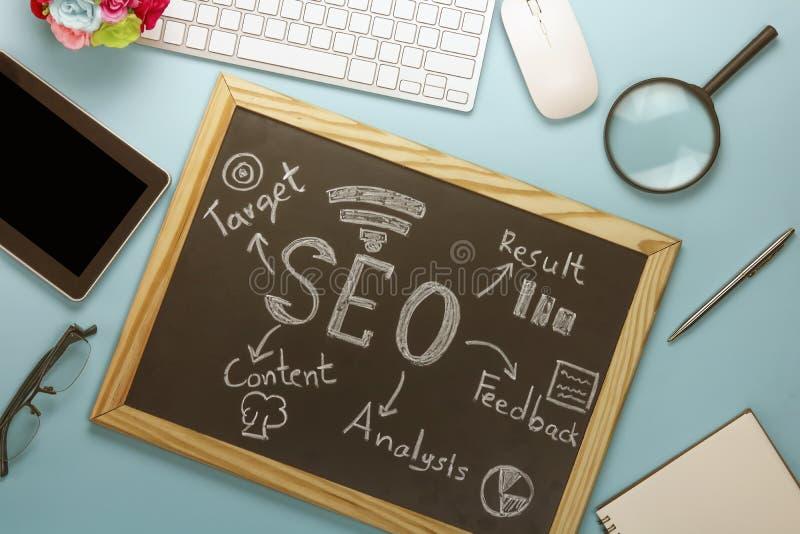 Draufsicht von SEO Search Engine Optimization auf schwarzem Brett stockfoto