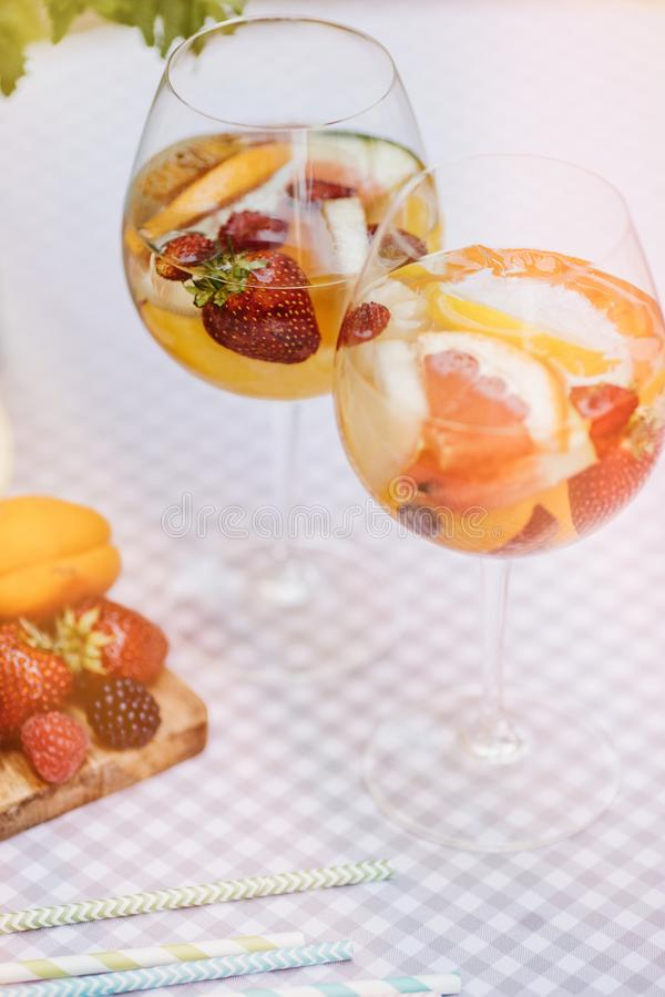Draufsicht von Sommer dinks, Fruchtcocktails auf weißen hölzernen Tabelle wi stockfoto