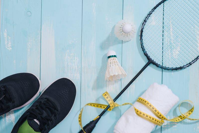 Draufsicht von Sportausrüstungen, Uhr, Maßband, Schuhe, Wasser stockfoto