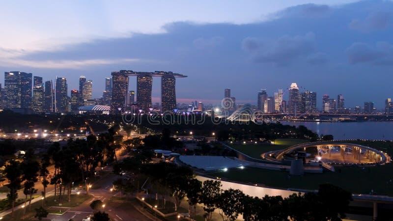 Draufsicht von Stadtbild zu Zeit Sand-Himmel-Park-Singapurs in der Dämmerung schuß Draufsicht von Singapur am Abend stockfotografie