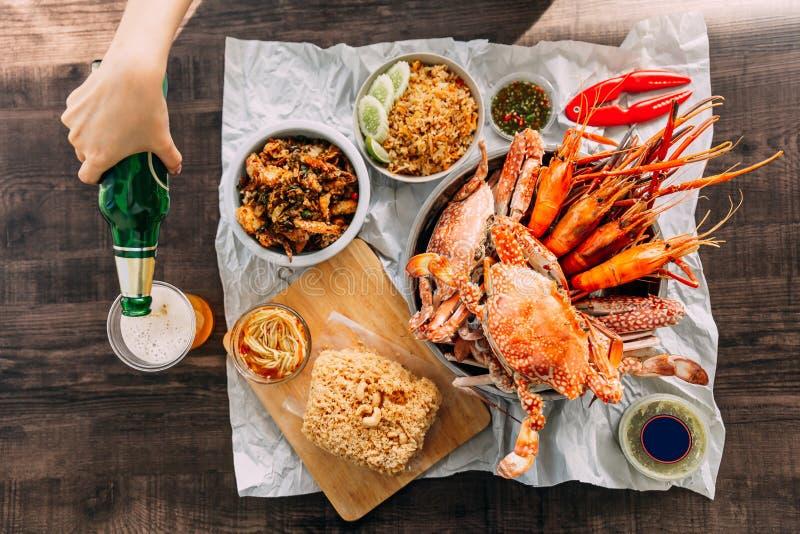 Draufsicht von Steamed riesigen Mangrovenkrabben, gegrillte Garnelen-Garnelen, Krabbe briet Reis-, Pfeffer-und Knoblauch-Weich-SH stockfoto
