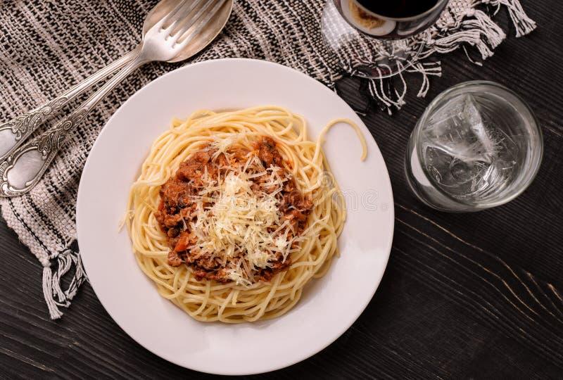 Draufsicht von traditionellen italienischen Spaghettis Bewohner von Bolognese lizenzfreie stockfotografie