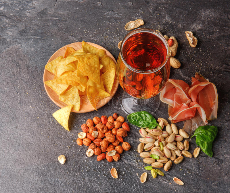 Draufsicht von traditionellen Snäcken und von dunklem Bier auf einem Tabellenhintergrund Erdnüsse, Pistazien, Fleisch mit einem G lizenzfreies stockfoto