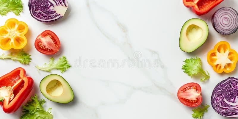 Draufsicht von unterschiedlichen Kräutern und von Gemüse auf weißem Marmorhintergrund lizenzfreies stockbild