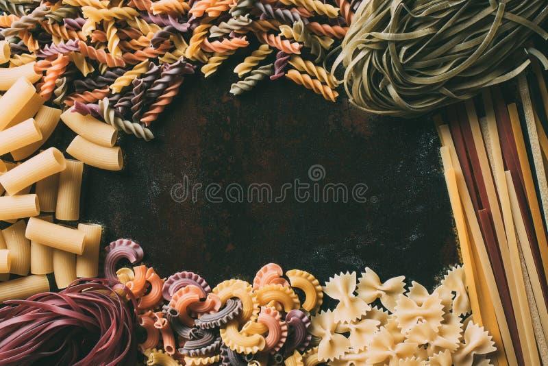 Draufsicht von verschiedenen Arten von Teigwaren auf rustikalem stockfotografie