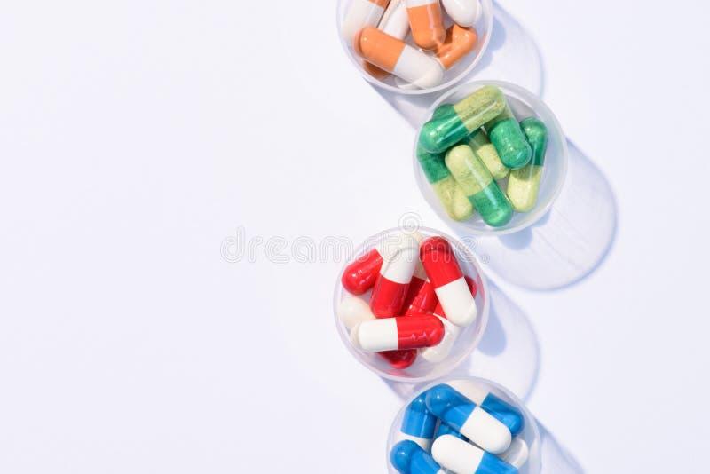 Draufsicht von verschiedenen bunten Pillen in den Plastikschüsseln lizenzfreies stockfoto
