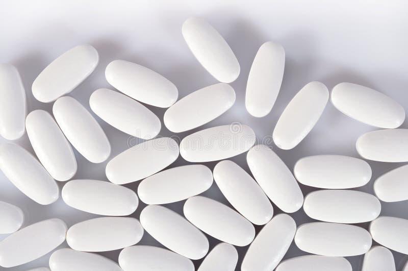Draufsicht von weißen Pillen auf einem Weiß stockfotografie