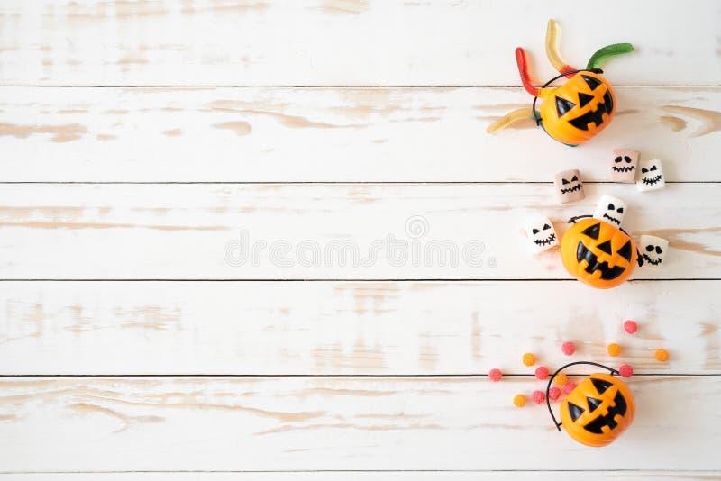 Draufsicht von weißen und gelben Geistkürbisen mit Geleewurm lizenzfreie stockfotografie