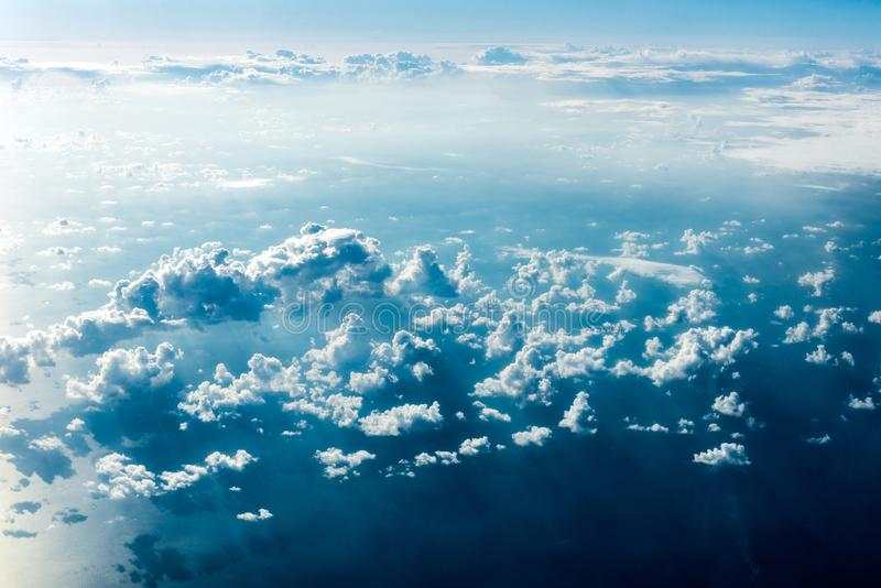 Draufsicht von weißen Wolken über dem Boden oder dem Wasser lizenzfreie stockfotografie