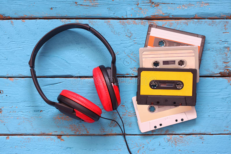Draufsicht von Weinlesekopfhörern und -kassetten über Aquaholztisch Retro- gefiltert lizenzfreie stockbilder