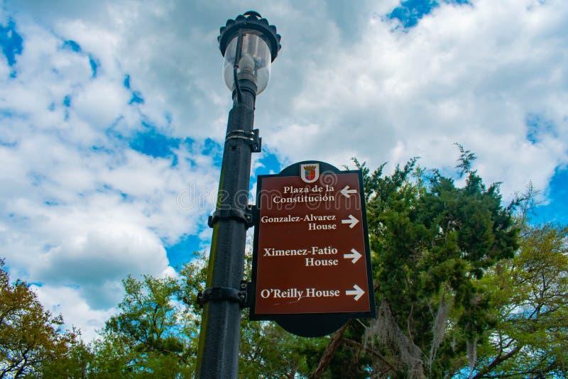 Draufsicht von Zeichen Plaza de la Constitucion auf Straßenbeleuchtung in Floridas historischer Küste stockbild