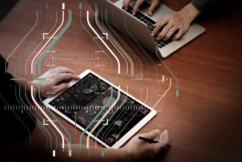 Draufsicht von zwei Kollegen, die Daten mit neuem modernem compu besprechen lizenzfreie abbildung