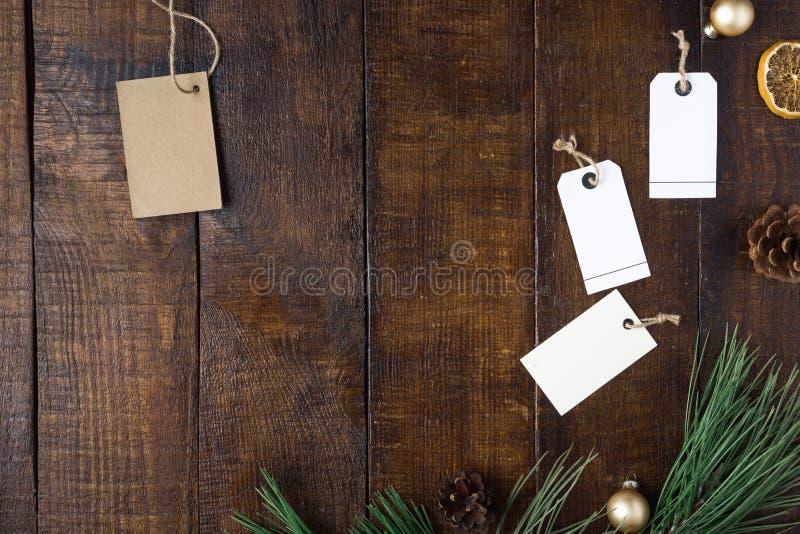 Draufsicht Weihnachtshintergrund mit Preis und Dekorationen stockfotografie
