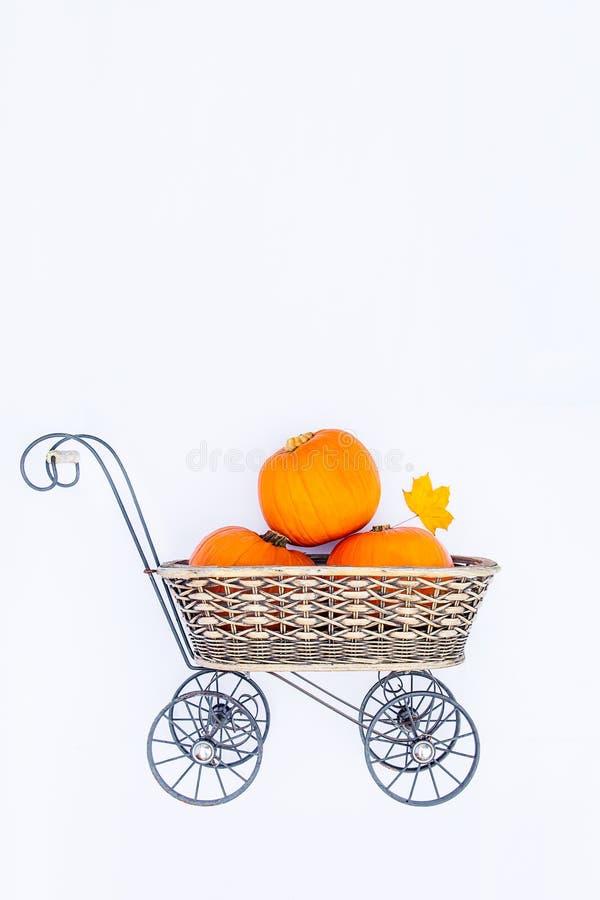 Draufsicht Weinlese-Gartenwagenkorb mit reifen Kürbisen auf dem weißen Hintergrund lokalisiert Herbsternte, Danksagung, heiligen lizenzfreies stockfoto