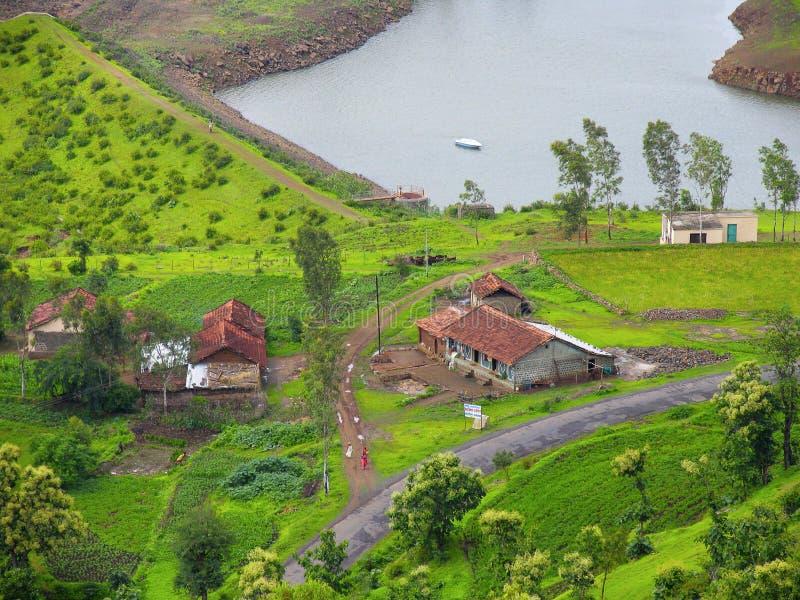 Draufsicht zeigt Häuser, Felder und Wasser stockfoto